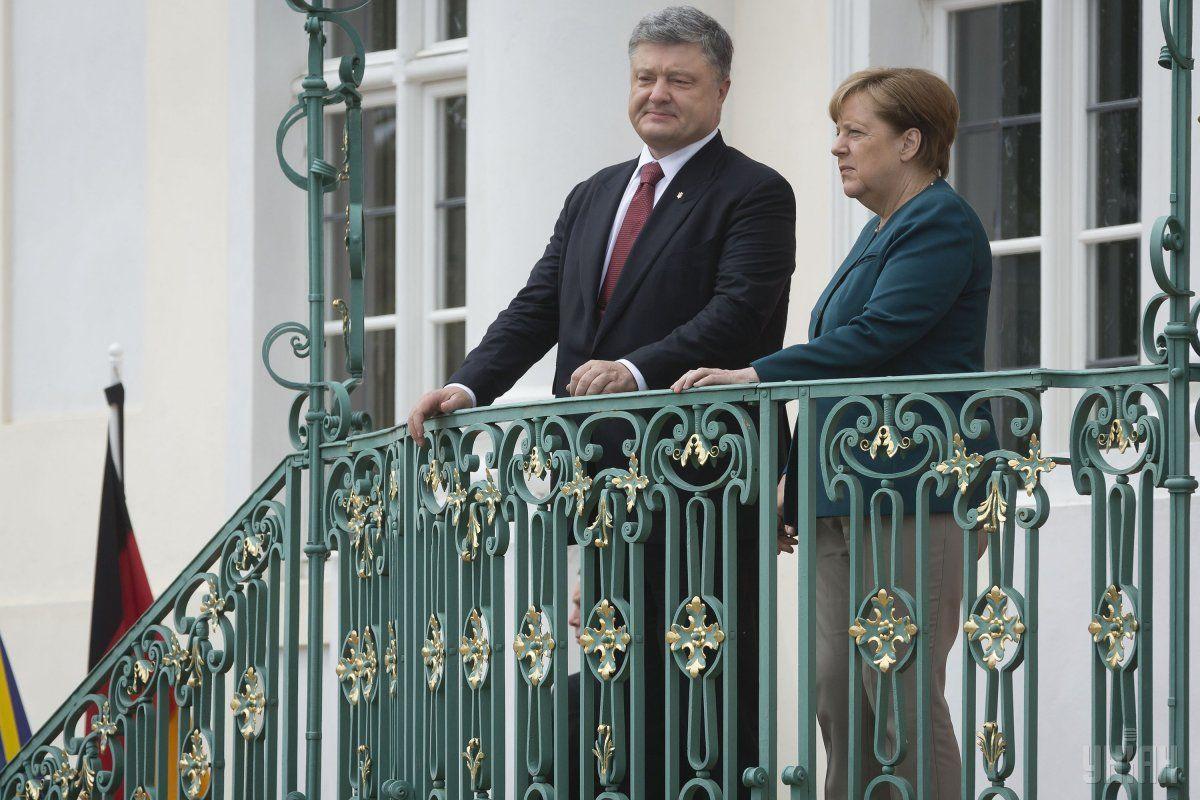 Трамп прибыл наG20 ипохлопал Меркель поплечу— Душевная встреча
