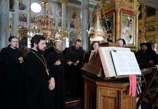Левый клирос в Покровском храме Пантелеимонового монастыря