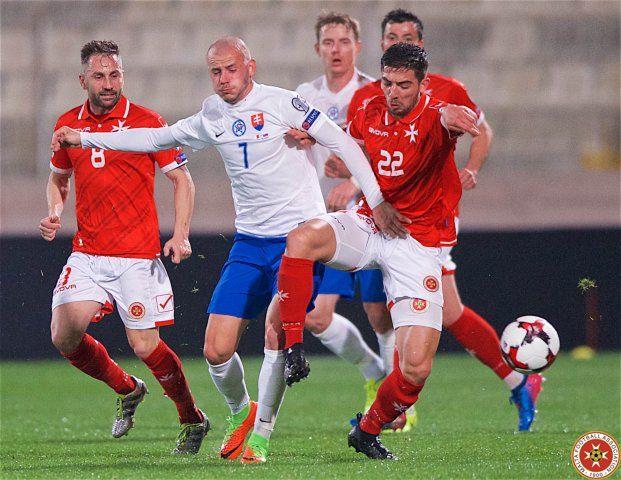 Мальтийцы (в красной форме) проиграли все пять матчей в отборочном турнире ЧМ-2018 / mfa.com.mt