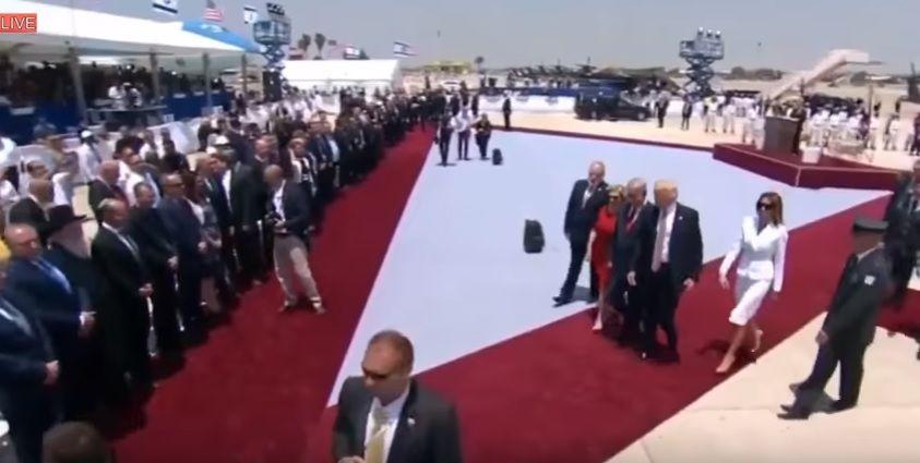 Меланія Трамп відмахнулась від руки чоловіка після прильоту до Ізраїлю