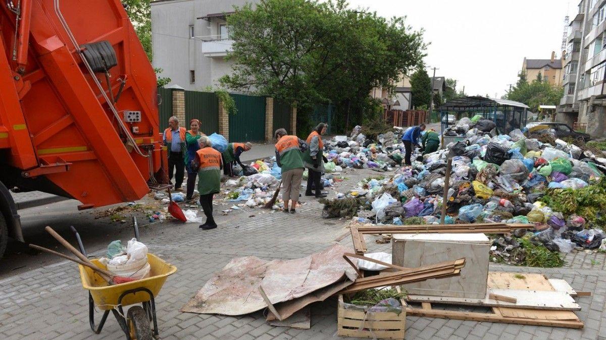 Баррикаду из мусора разобрали / фото Юрия Дячишина для ZAXID.NET