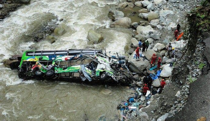 В Індії автобус із паломниками впав у річку