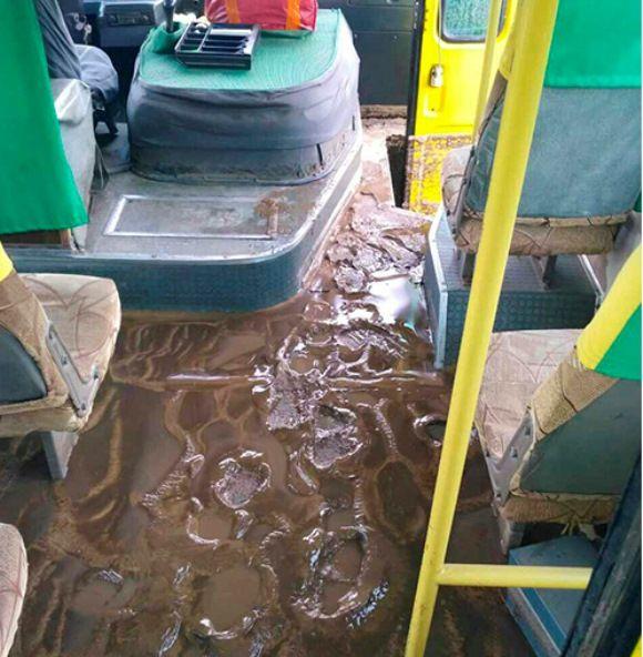 Автобус раптово затопило водою з брудом / Служба порятунку