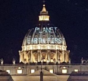 """Активисты спроецировали на купол Собора Святого Петра световую надпись """"Planet Earth First"""" / фото twitter.com/alicetesta"""