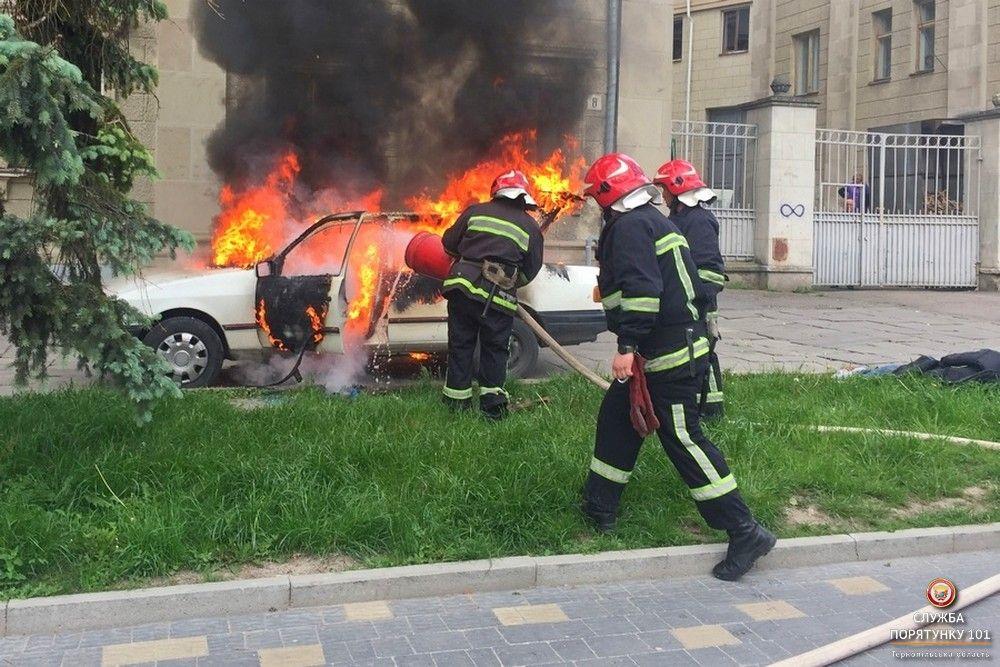 На місце пожежі негайно прибули рятувальники / Фото Управління ДСНС
