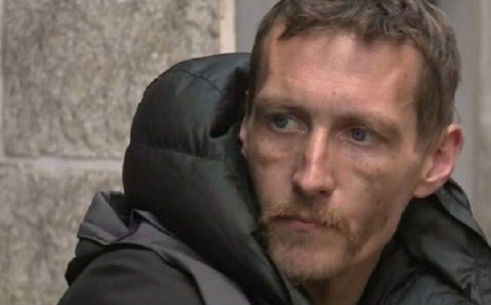 """Бездомний, який виносив закривавлених дітей зі стадіону Манчестера, отримав житло, гроші і статус """"героя"""""""