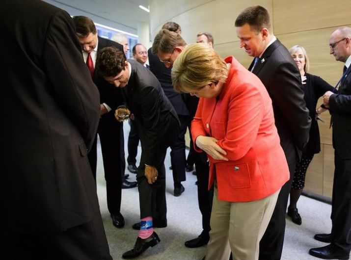 Меркель не встояла перед різнокольоровими шкарпетками Трюдо: прем'єр Канади влаштував показ на саміті НАТО