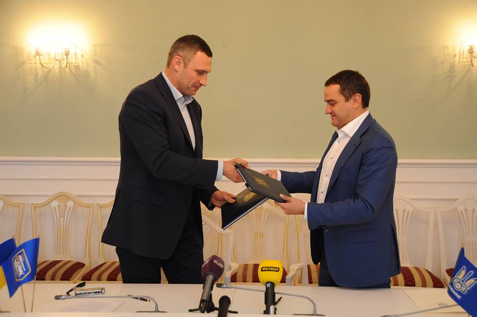 Кличко и Павелко подписали договор о проведении финала ЛЧ / ffu.ua