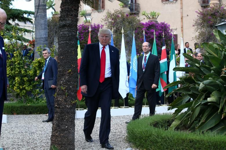 Трамп йде після сімейної фотографії на розширеному засіданні G7 в Таорміні 27 травня / REUTERS