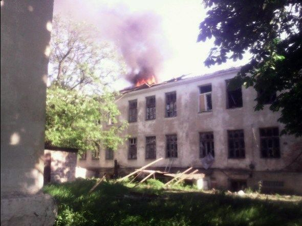 Krasnohorivka's school is on fire on May 28 / Photo from twitter.com/666_mancer