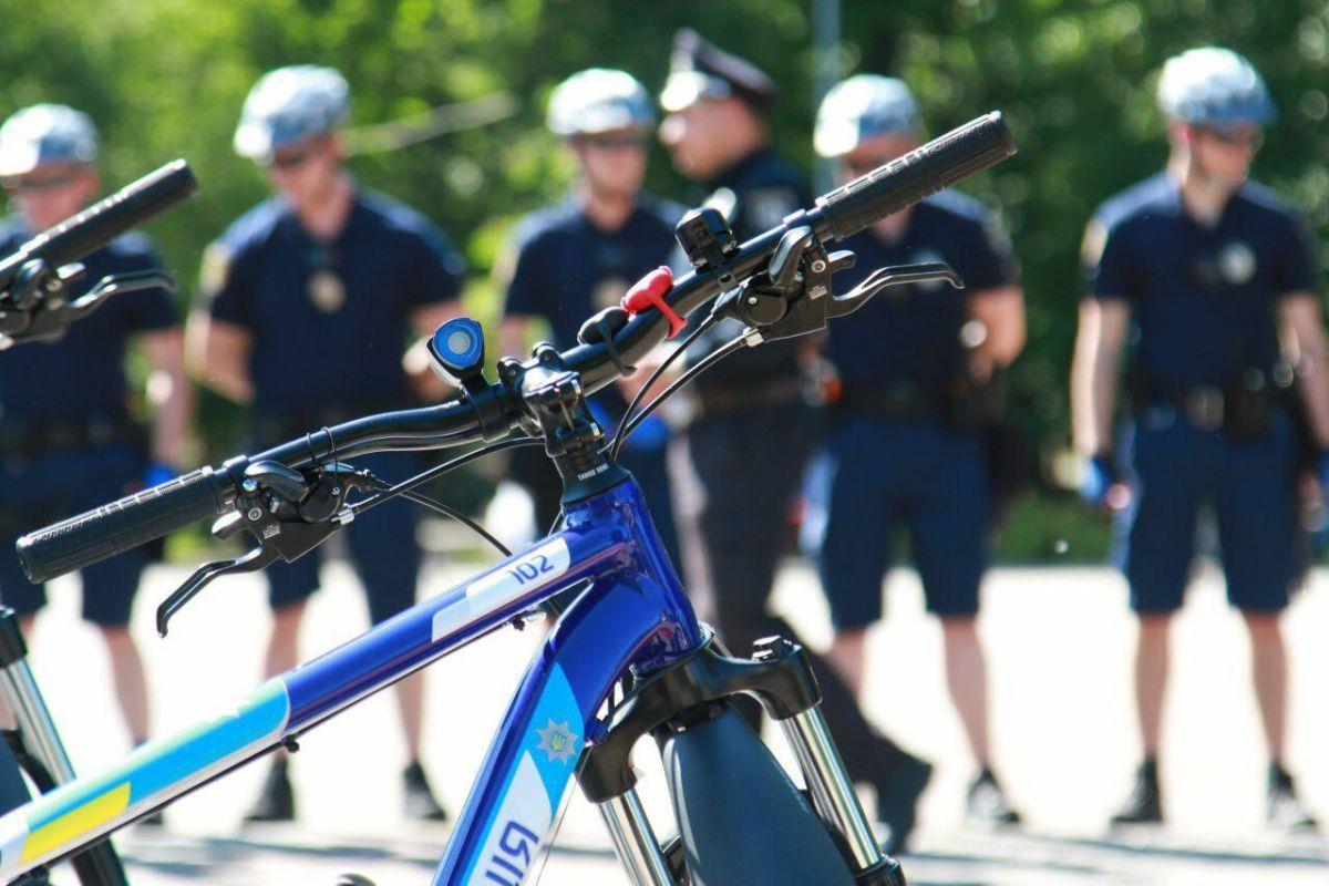 Протягом весни-осені місто патрулюватимуть офіцери на велосипедах / фото facebook.com/arsen.avakov.1