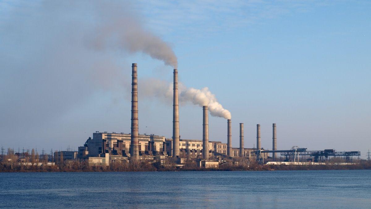 До кінця 2017 року Придніпровська ТЕС повинна була встановити на свої енергоблоки пило - і газоочисне обладнання, але знову цього не зробила / itc.ua