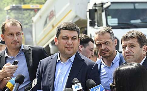Прем'єр-міністр обіцяє додатково виділити 5 млрд. грн наукраїнські дороги