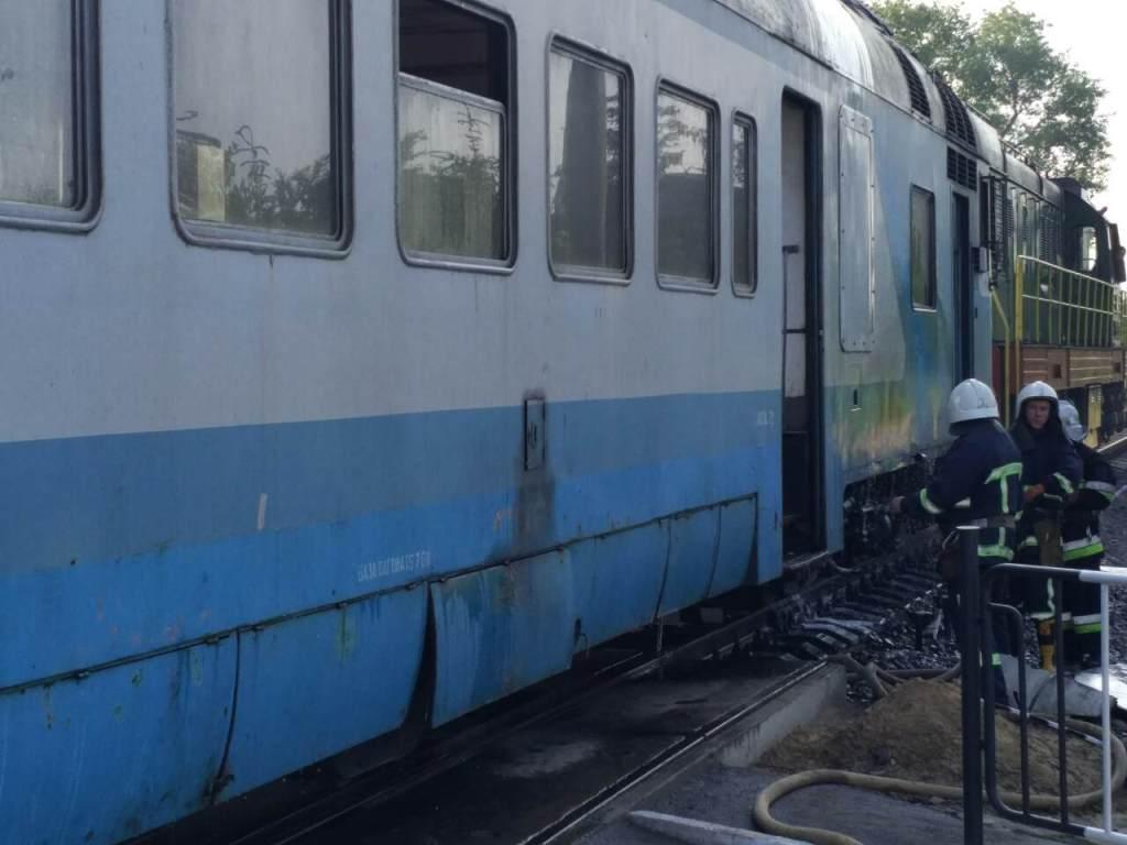 Спасатели установили, что возникло задымление локомотива / Фото ГСЧС