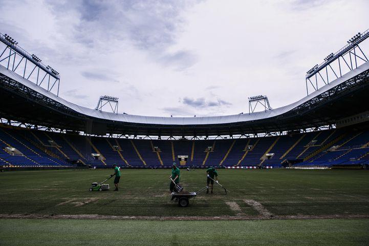 Газон стадиона в Харькове готовят к новым матчам