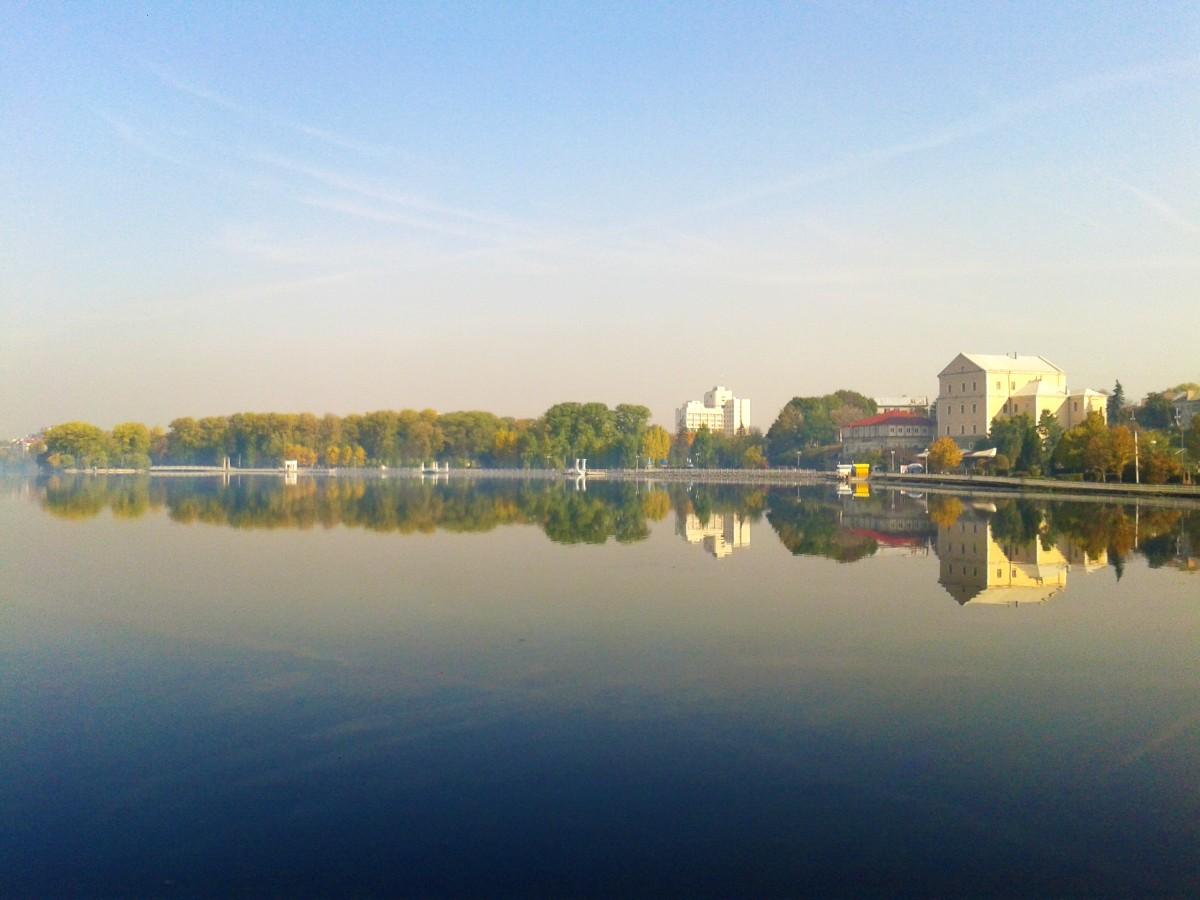 Екологи застерігають, що якщо не вжити заходів з очищення Тернопільського ставу, то через 10 років він перетвориться на болото / фото УНІАН