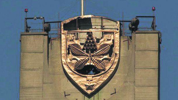 Вандалы изувечили герб Киева наверхушке Московского моста