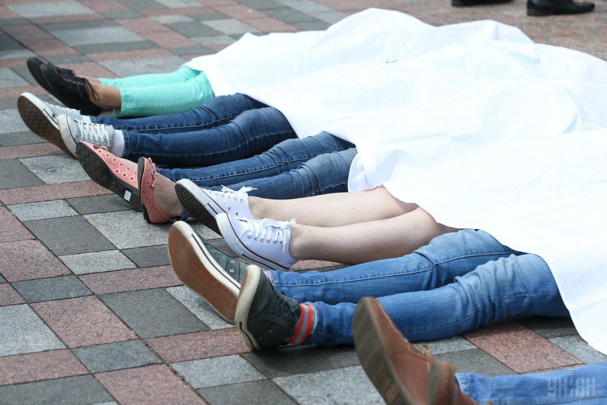 Учасники акції влаштували перформанс під будівлею парламенту / фото УНІАН