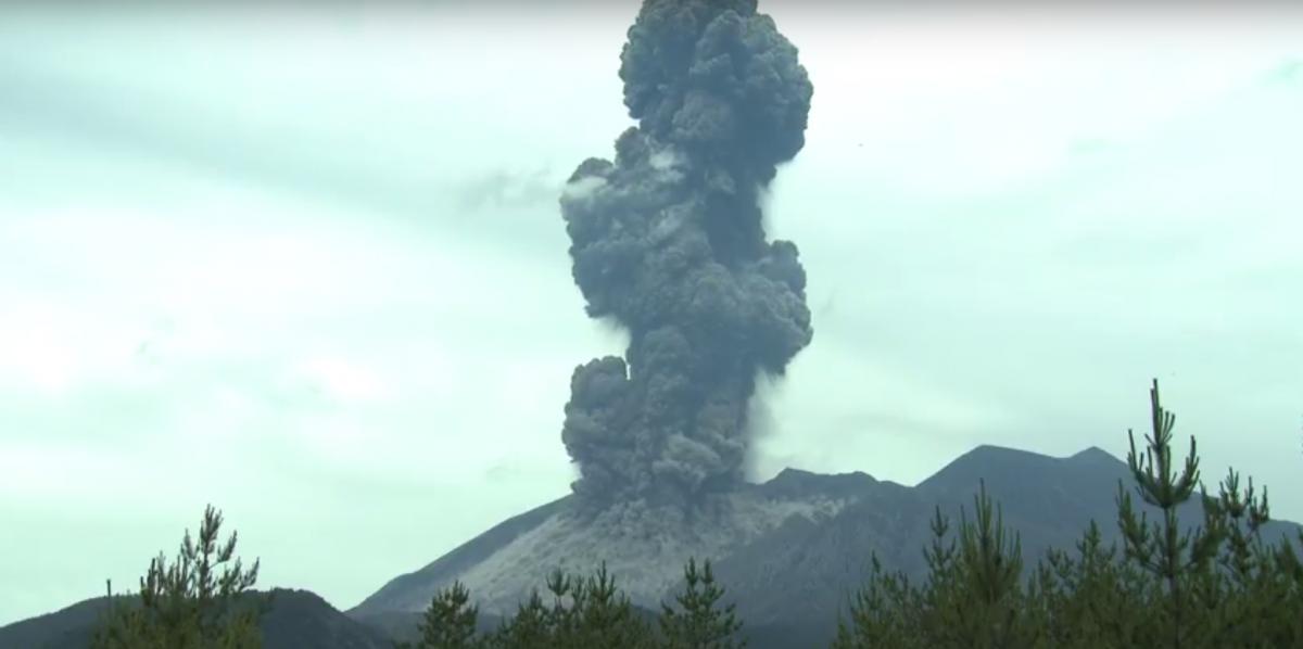 В Японии произошло извержение вулкана: впечатляющее видео