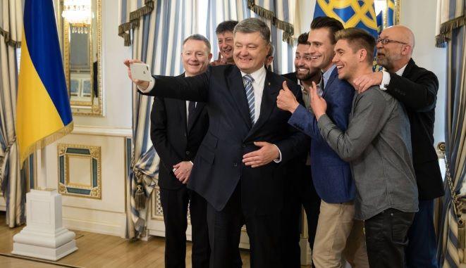 Ведучі Євробачення-2017 одні з перших дізналися про рішення президента  України Петра Порошенка схвалити блокування російських соцмереж. 3c971d64f5c3d