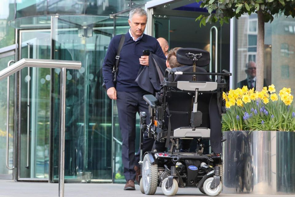 Моуриньо продолжает жить в номере отеля, который обходится ему в 150 тыс. фунтов в год / Rex Features