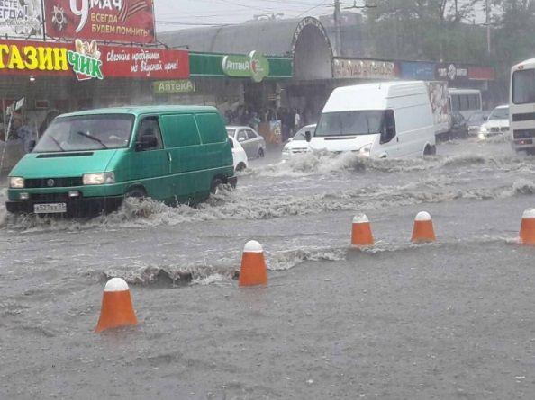 У Сімферополі через зливи підтоплені вулиці / instagram.com
