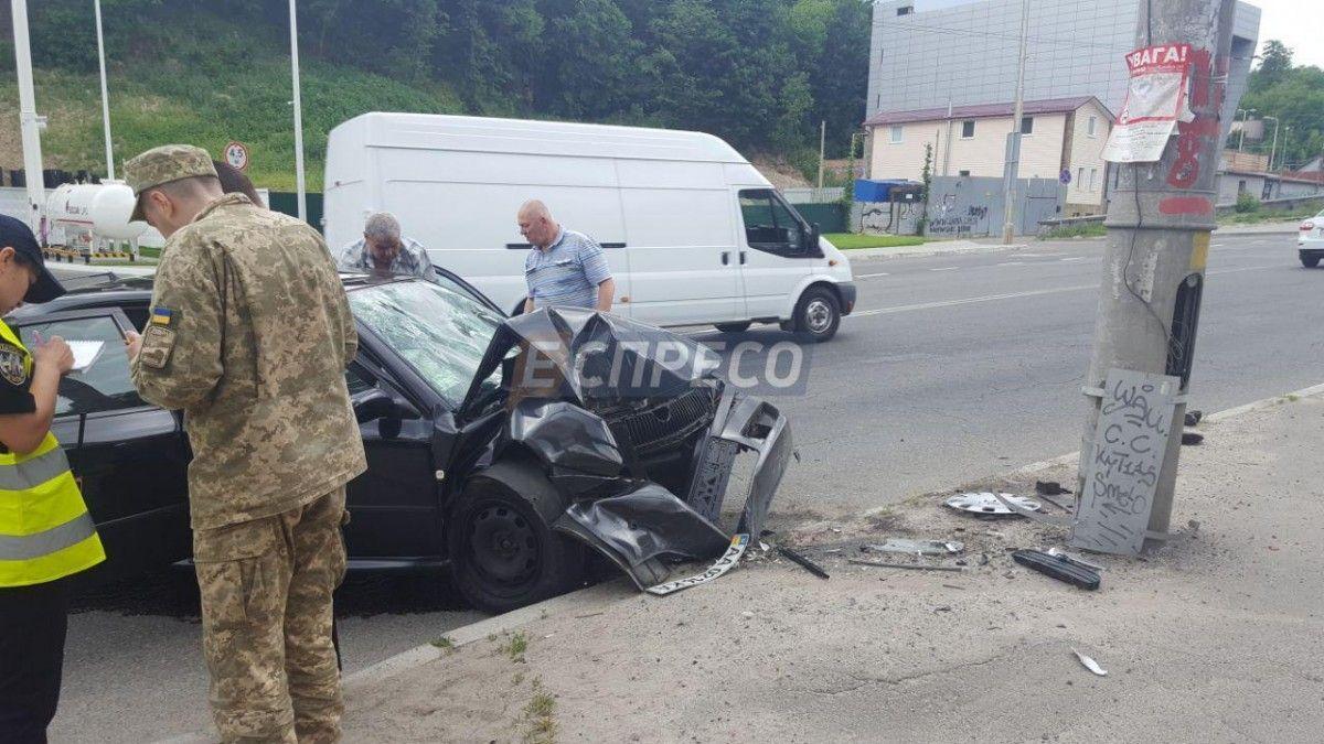 ВКиеве авто с военнослужащими прокурорами наскорости влетело встолб