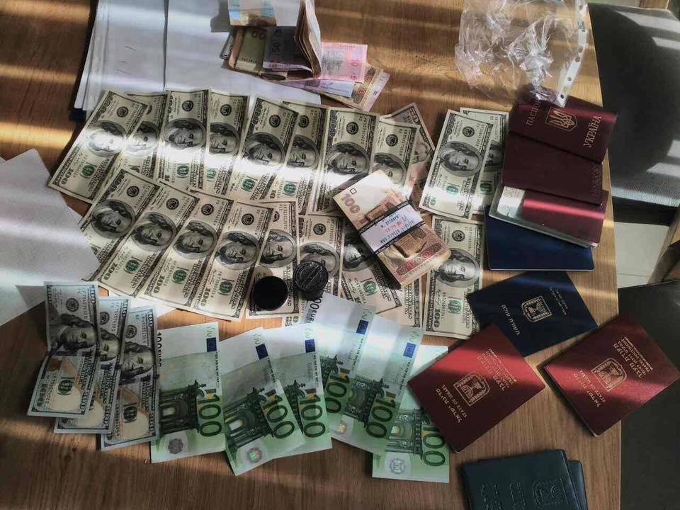 Прокуратура викрила схему постачання товарів із України в