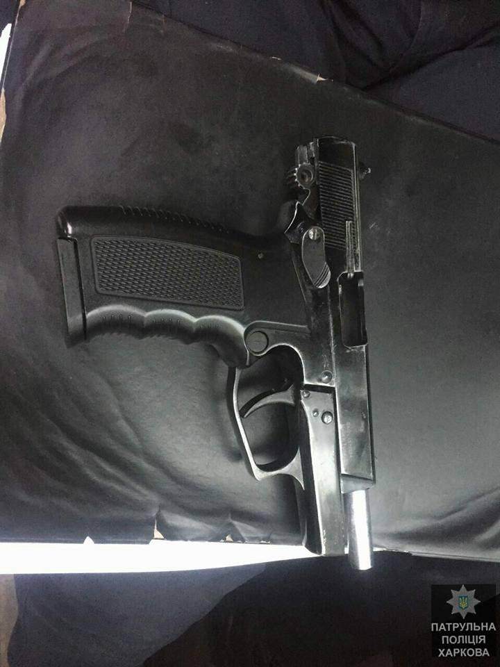 У стрелявших изъяли шумовой пистолет / Патрульная полиция Харькова