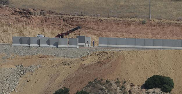 Турция построила 700км стены награнице сСирией