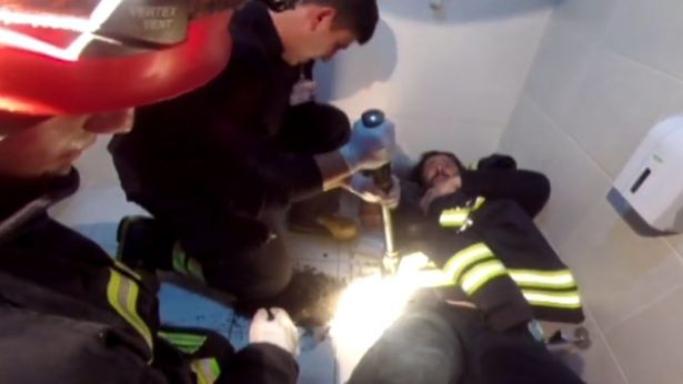 Спасатели ломают пол возле трубы / фото CEN