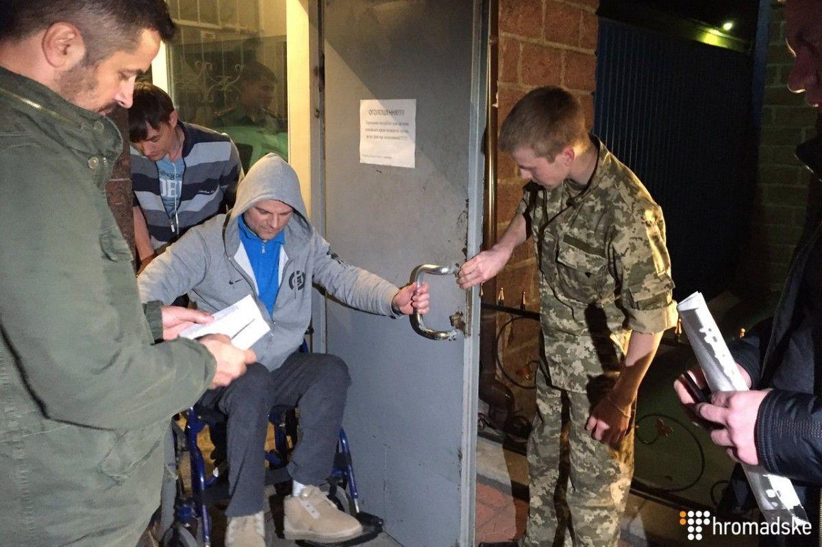 Звільнившись з-під варти, Постний одразу ж був затриманий знову / Фото hromadske.ua