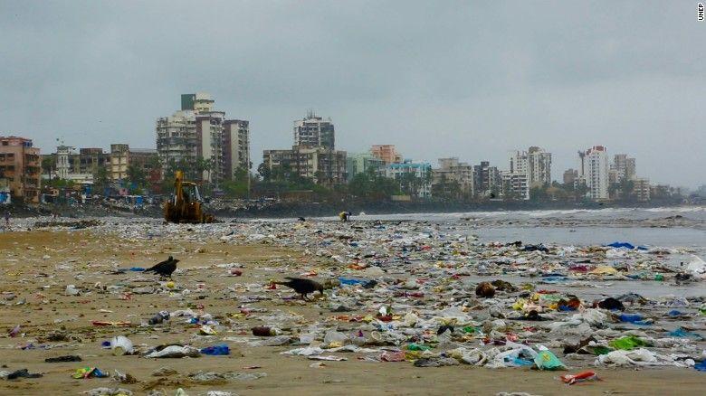 Пляж Версова в Мумбаї вважався одним з найбільш забруднених у світі / скріншот УНІАН
