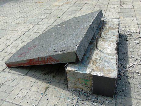 Вандали перекинули плиту / фото facebook.com/ppsrda