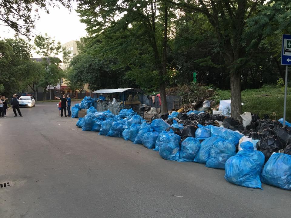 Некоторые улицы Львова завалены мусором / фото Facebook Михаил Катрук