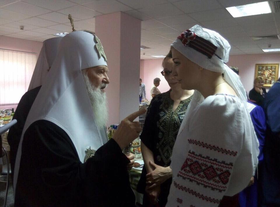 Мария Максакова ввышиванке спела вбогословской академии