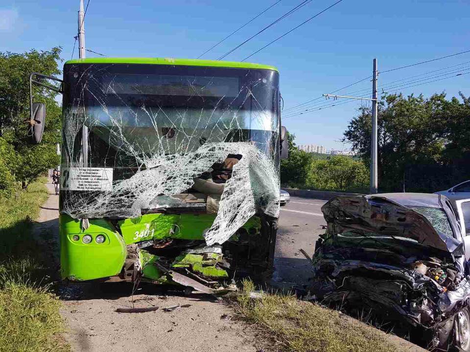 УХаркові легковик влетів вавтобус, є жертва і постраждалі