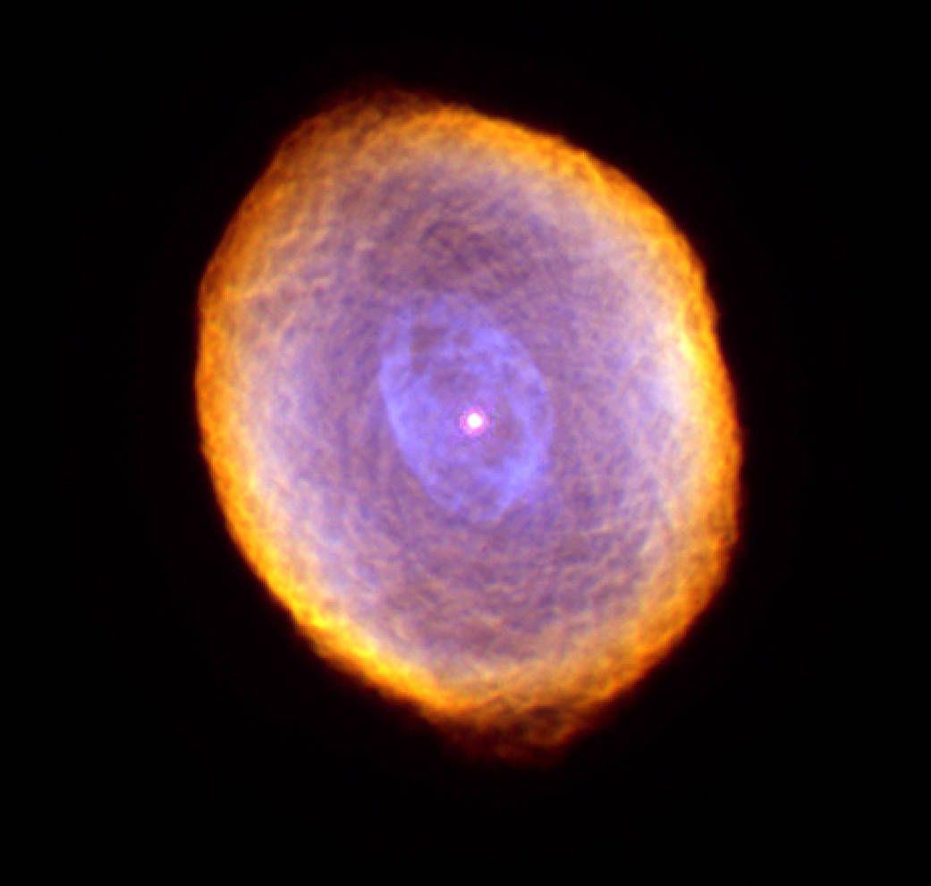 У центрі знімка розташувалося ядро червоного гіганта, з якого була утворена туманність / фото NASA