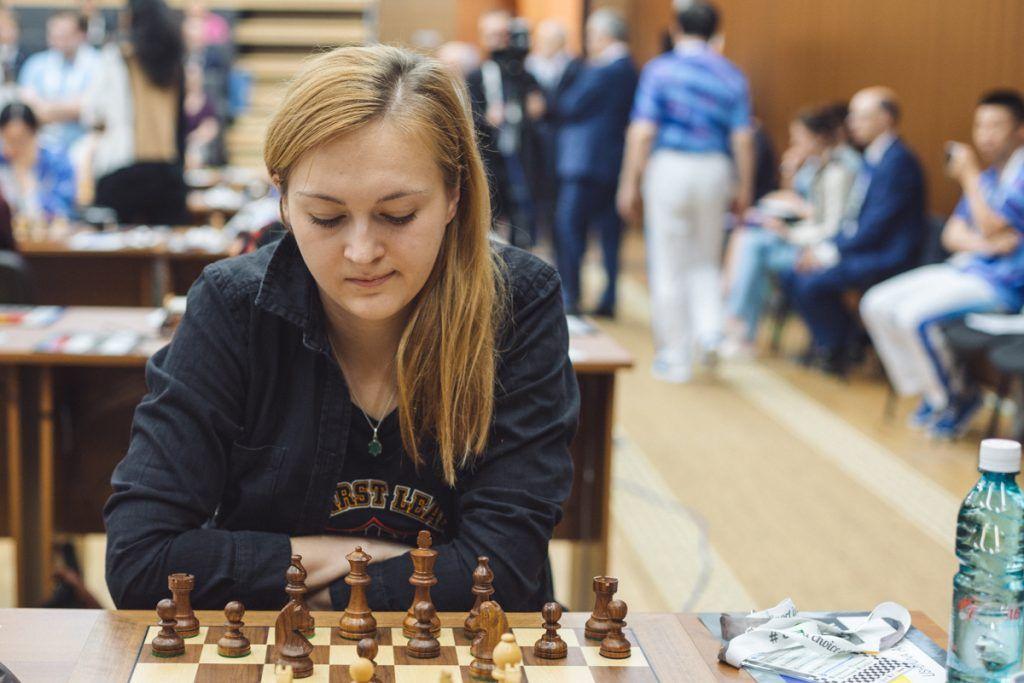 Анна Ушения в первом партии сыграла вничью с американкой Затонских / ugra2017.fide.com