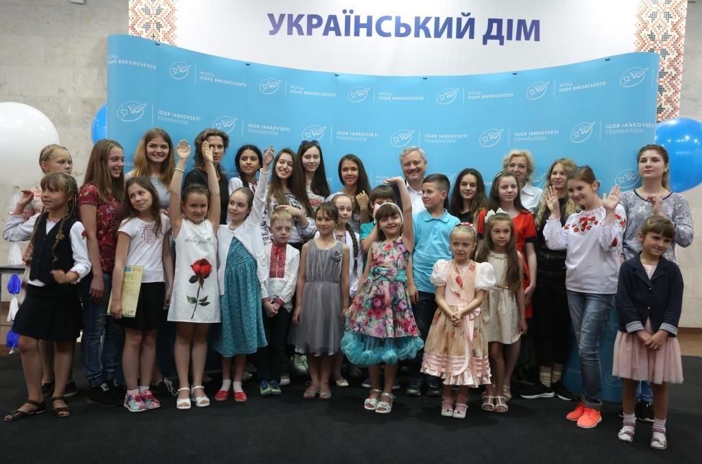 Игорь Янковский вместе с участниками и победителями V-го Всеукраинского конкурса детского рисунка