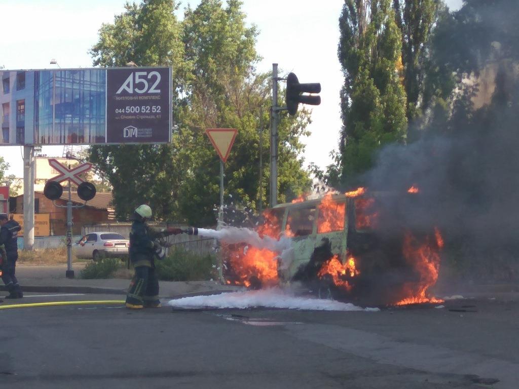 Водитель міркоавтобуса пытался самостоятельно потушить пожар / фото facebook.com/MNSKyiv/