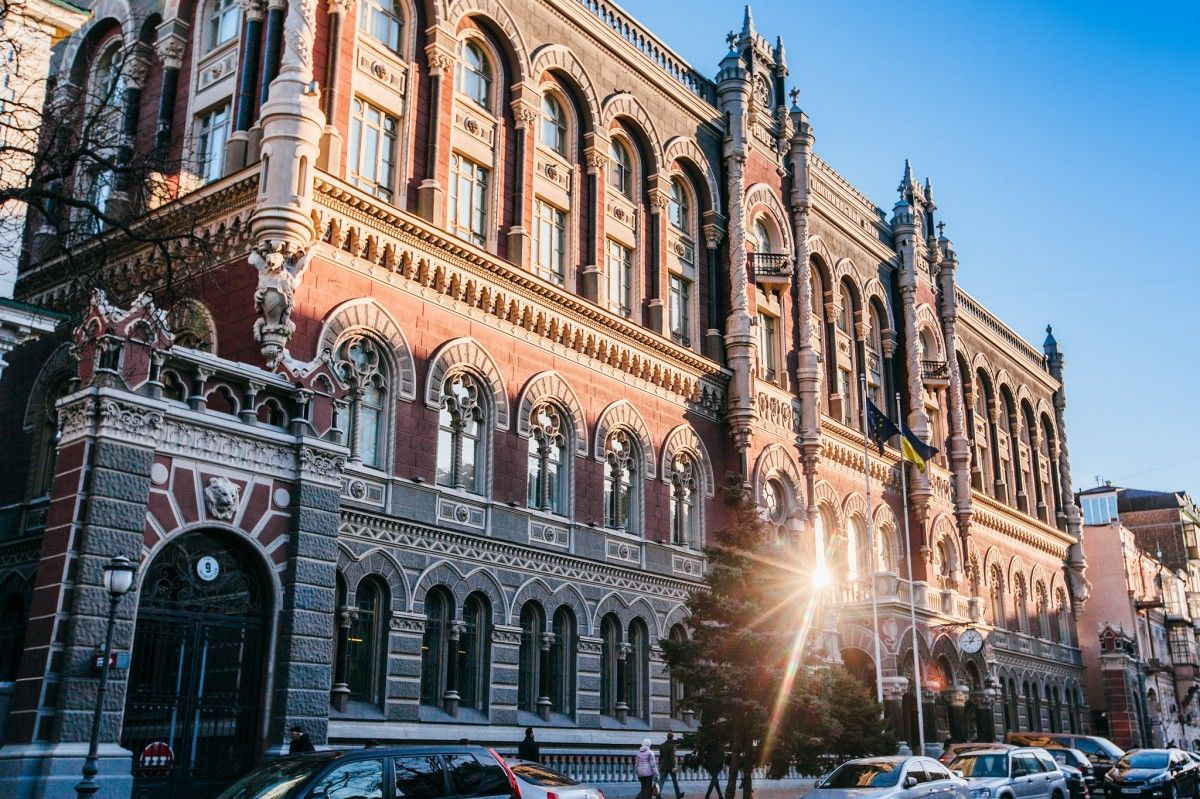 НБУ ослабив офіційну гривню до долара та євро / фото ZN.ua