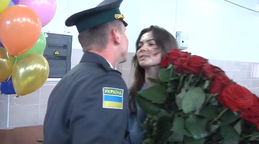Український прикордонник оригінально освідчився коханій: підкинув наркотики, а потім задарував трояндами