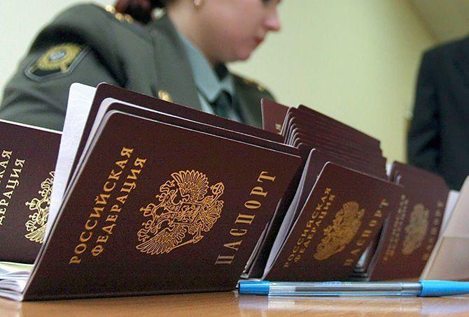 """""""Л/ДНР"""" змушують оформляти російські паспорти / фото YConsult.ru"""