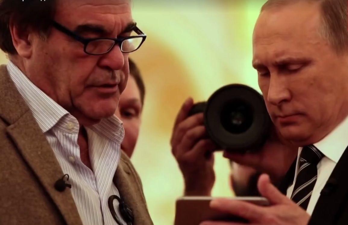 Путин показывал видео автору фильма о себе, американскому режиссеру Оливеру Стоуну / скриншот