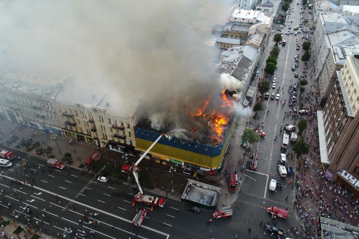димом затягло частину Хрещатика в бік Бессарабської площі / фото УНІАН