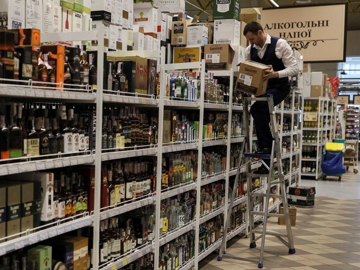 23 февраля уходит из украинской повестки дня, алкоголь не скупают / иллюстрация / REUTERS