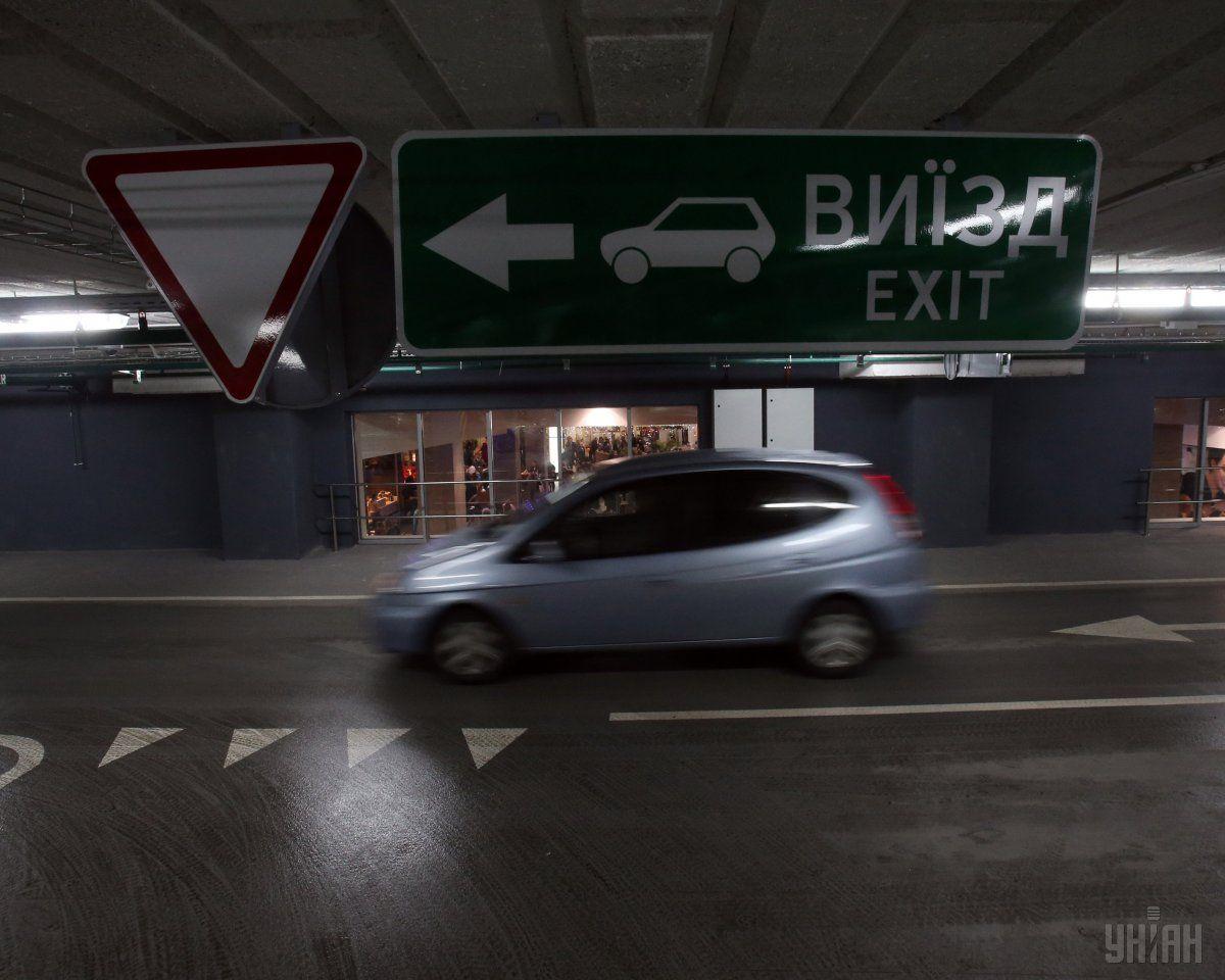 Обустройство автостоянок на тротуарах хотят запретить / фото УНИАН