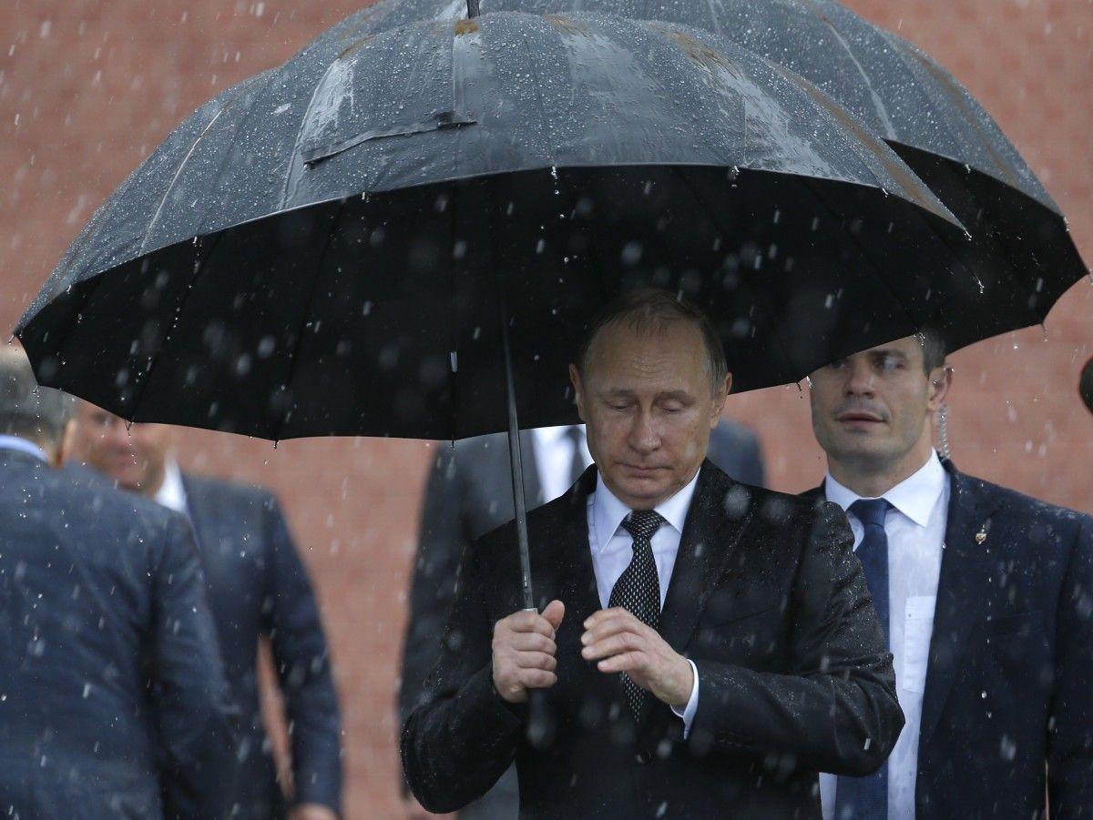 сих найти фото с медведевым под дождем жаль, так как