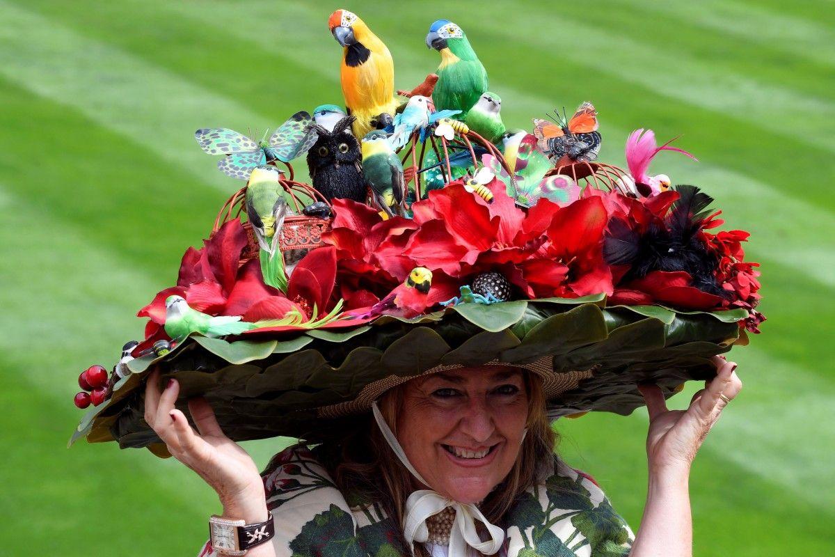 Божевільні капелюшки британської аристократії на традиційних кінських скачках знов затьмарили собою усе навкруги